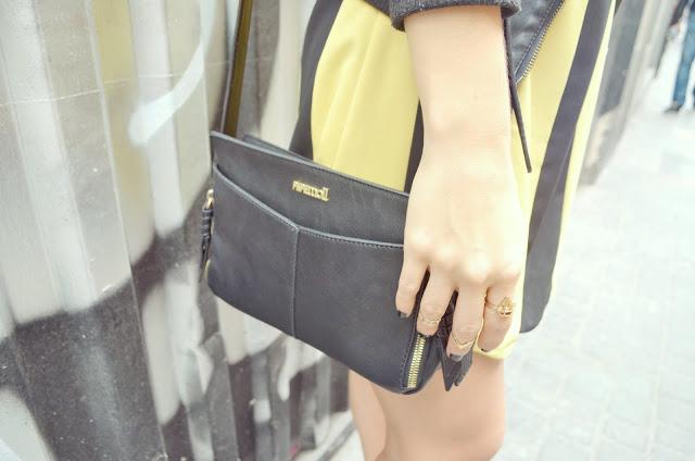 ChicAdicta-Chic-Adicta-bolso-helena-Pepe-Moll-fashionista-midi-rings-blog-de-moda-stripes-look-outfit-de-rayas-black-purse-PiensaenChic-Piensa-en-Chic
