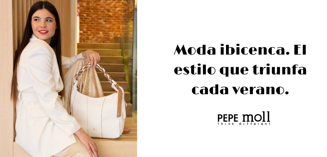 En la imagen aparece una modelo vestida de blanco con uno de los bolsos de Pepe Moll, además aparecen el testo de moda ibicenca ya que en esta entrada os enseñaremos 3 ideas diferentes de bolsos blancos para esta moda ibicenca